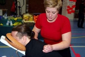 Jaemie McMurray får massage av Catharina Larsson och han trivs och kan slappna av när Larssons händer masserar upp musklerna och tar bort knutar.