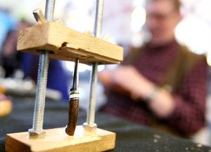 En mycket liten kniv under tillverkning. Knivmakarna Johnny Axling och Stig Åkerström visade vad de kan.