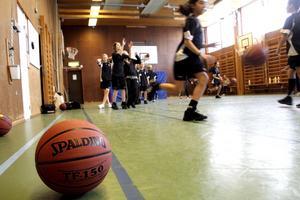 Basketsektionen i Ekeby IF startade i augusti i fjol och har fått en flygande start. Nu tränar 40 tjejer och killar basket några gånger i veckan. Bild: JAN WIJK