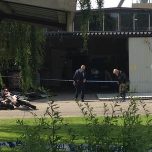 Under måndagsförmiddagen hade polisen inlett en teknisk undersökning av brottsplatsen.