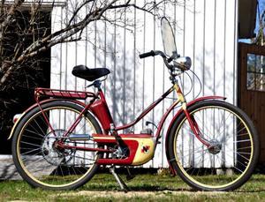 Autoped NV5 1953. Motor NV, 31 cc, 0,8 hk. I originalskick. Första mopeden som tillverkades av Nymanbolagen efter mopedens födelse 1952. Design: Björn Karlström. Autoped NV5 serietillverkades och såldes i 15 000 exemplar 1953.