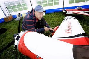 PÅ BANAN. De senaste tre åren har Fredrik Carlsson tävlat i att köra modellflyg. I helgen är det tävlingar på hemmaplan. Men det är ingen fördel, säger han.
