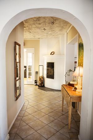 I entrén i huset möts man av en kamin och en värmande brasa.