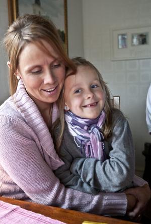 NYOPERERAD MEN SPRALLIG. Sexåriga Saga Wallberg, här i mamma Maria Wallbergs knä, hade en missbildning i ryggen vid födseln, men det avfärdades som ett skönhetsfel. Först för ett år sedan upptäckte Uppsalaläkaren Håkan Jonsson allvaret. Nu har Saga genomgått en omfattande operation. Den gick bra och nu är Saga lika sprallig och glad som tidigare igen.