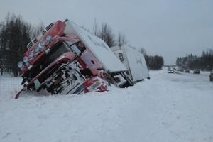 Lastbilen fick bärgas under lördagseftermiddagen.