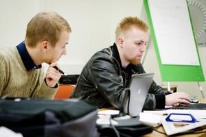 Max Rydberg och Henrik Hanberg är två av det fjärde teknikårets totalt 13 elever som ger den förlängda utbildningen ett högt betyg.