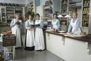 Alma (Lena T Hansson), Kinna (Sofia Ledarp), Dagmar (Sissela Kyle), Emmy (Maria Kulle) och Lottie (Frida Hallgren) i den andra säsongen av