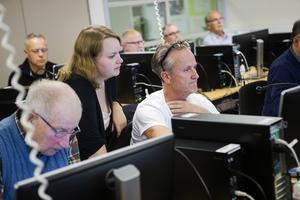 Skogskonsulenten Lisa Wik-Persson visar Agne Kemi fördelarna med e-tjänsterna.