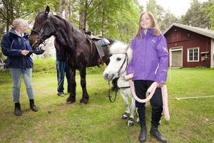 Lena Sjöström har ryttarutbildning i Rörberg och hade tagit med sig en häst och en ponny till Stora Vall. Hanna Pettersson, som går på ridskola, hade hand om ponnyridningen.