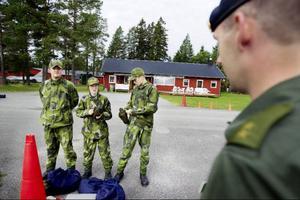 Bara minuter innan de hoppar in i flygplanet med piloten Patrik Brorsson bakom spakarna, beordrar instruktören de unga soldaterna att ta av sig vattenflaskorna.