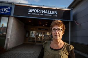 Ulla-Carin Strömberg vid entrén till badet i Ludvika Sporthall.