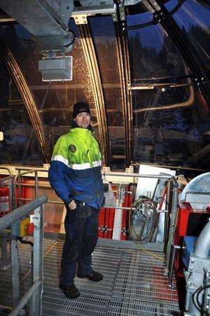 Mattias Tottmark visar i maskinrummet på Fjällgårdenexpressens dalstation där allt är skinande nytt.