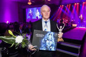 Lars Holmlund, tar här emot pris åt Anna Holmlund på Medelpads Idrottsgala där hon utsågs till årets kvinnliga idrottare.
