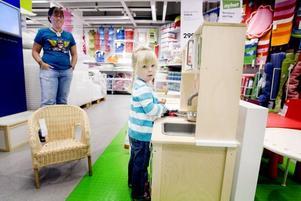 Gillar miniköket. Sofie Norrström, tre år från Bergby, är tillsammans med mamma Anna-Lena på utflykt i Valbo. Sofie lagar makaroner i möbelvaruhusets nya leksakskök.