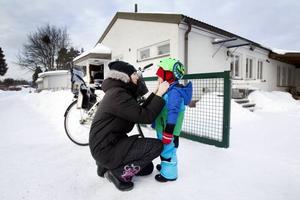 """PÅ VÄG HEM. Anna Thollin har hämtat sonen Walle Jakobsson, fyra år. """"Oftast är det pappan som hämtar och jag som lämnar. Han jobbar 80 procent och jag jobbar heltid. Tidigare jobbade vi båda 90 procent"""", säger Anna.Foto: Annakarin Björnström"""