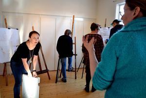 Ålstas kursdeltagare förbereder inför helgens konstutställning.