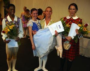 Segerkvartett. Vinnaren Maria Baranova hissas av Janos Frydenlund som delade andrapriset med John Svensson, till vänster. Till höger trean Nikolas Koskivirta.