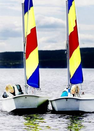 En tät slagduell blir det när William Garli och Astrid Gudmarsdotter närmar sig vändningsmärket på segelbanan. Foto: Henrik Flygare