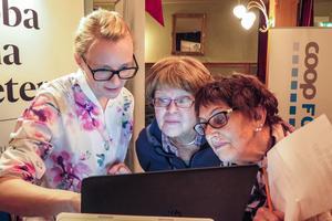 Vid en seniormässa i annan regi i april i fjol  visade Kristina Magnusson, marknadskoordinator inom Mittmedia, besökare runt på ÖP:s hemsida. Bland andra var det Kerstin Grahn från Östersund och Astrid Repfennig från Lugnvik.