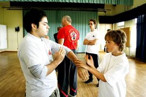 DUELL. Jonas Armendariz och Egil Gavelin Parker jobbar ihop på Kung-Futräningen i Torsåker. Den här veckan har 30-talet utövare av systemet