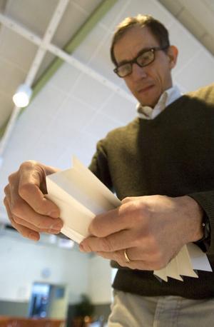 Marco Mirabella från Italien ingår i Designers club som samlats till workshop. Klubben bildades 2005 på Iggesunds Paperboards initiativ för att introducera kartong till Europas formgivare.