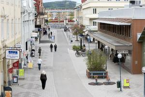 Västra Stationsgatan i Bollnäs är en del i centrums rätvinkliga gatusystem. i bakgrunden Bolleberget.