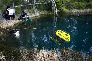 Roboten gör några cirklar innan den försvinner ner i det 240 meter djupa gruvhålet.