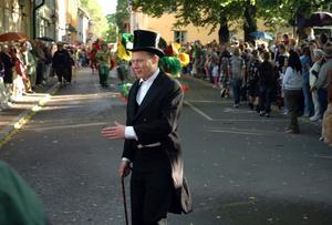 Kommunalrådet ställer ofta upp och deltar i olika arrangemang som sker i Säters kommun. Som här, när Abbe deltog i sambakarnevalen i Säter i juni 2007.