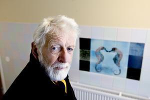 Stockholmskonstnären Gösta Gierow har gjort utsmyckningen med havsmotiv i Gavlegårdarnas trapphus på Gävle Strand.