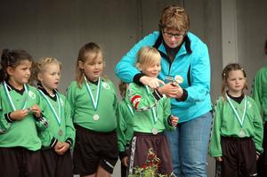 PRISUTDELNING. Catharina Deremar, ordförande i Ullfors idrottsklubb, delade ut medaljer och lagpokaler till samtliga 59 lag.