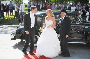 Bröllopsliknande par.