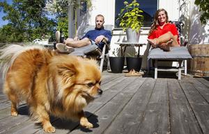 Det finns gott om sittplatser hemma hos Andreas Jakobsson, Jessika Eriksson och Laban, som tycker om att ha gäster.