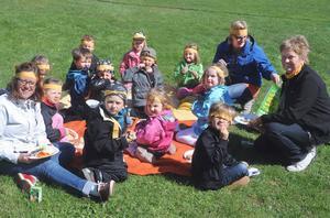 Barn och personal från Växsjö förskola njöt i solskenet. För att hålla reda på varandra hade de orange band i håret.