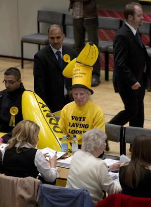 Piggar upp politiken. Fyllnadsval i Storbritannien med färgstarka deltagare bidrar till att hålla uppe intresset för rikspolitiken och till att hålla partiorganisationen i trim.foto: scanpix