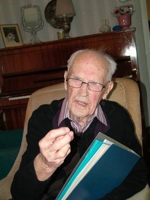 Egon Sundberg kan se tillbaka på ett innehållsrikt liv, med både mycket musik och fotboll. I dag fyller han 100 år. Foto: Kaj Annebrant