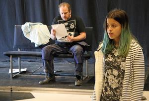 Efter ett våldsamt bråk lämnar Viska (Milica Jovanovic) familjen och den våldsam pappan (Jimmy Heimersson). Efter sig lämnar hon ett brev som pappan hittar i vardagsrummet.
