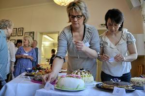 Läckra tävlingsbidrag. Mia Arvidsson och Nina Glattfelder ställer fram de 14 bidragen till tårttävlingen.