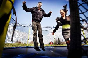 Barnen älskar att hoppa studsmatta, och vi gör det ofta tillsammans, berättar paret Gelland.