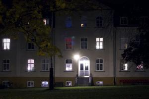 Från Hovgården lyser det mer hemtrevligt än skrämmande, men när vi lyssnat på skivans berättelse om platsen blir jag ändå rädd.