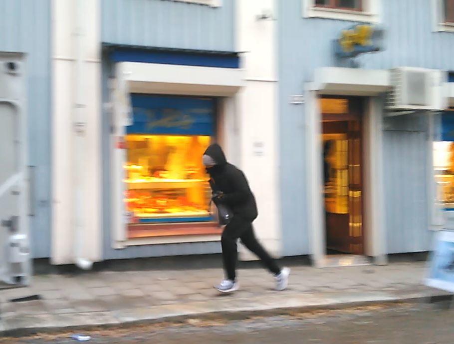 Tre maskerade personer ranade butik