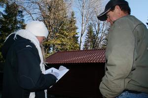 Takarbete. Snickaren Jan Skoglund förklarar för antikvarien Charlott Torgén hur man arbetat med att lägga det nya taket på ladugårdslängan.