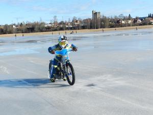 Tioårige Eddie Bock, från Masarna i Avesta, visade starter med sin speedwaymotorcykel.