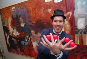 Magiken blev fullständig när trollkarlen Fredrik Eklöv fingerfärdiga händer gav 50 plus publiken glada ansikten.