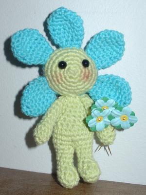 Här är lilla Maja... Hon är en virkad amigurumi som älskar att plocka majblommor. För varje blomma som Maja plockar så får ett litet barn någonstans i Sverige det lite bättre. Det gör Maja glad! Annars är Maja som de flesta vårblommor. Hon gillar sol och värme, men är inte så förtjust i snö, hagel och vind...