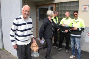 Raoul Ekendahl berättar om sitt boende för kommunens samhällsplanerare Eva Widergren och inventerarna Magnus Hellström, Philip Persson och Giovanni Casini.