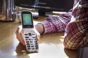 Efter nära tre veckor utan att kunna ringa hemma köpte Ingemar och hans fru Lena nya telefoner, men det hjälpte inte för Ingemars. Hans nya telefon fungerade inte heller.