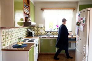 Köket är delar av en halvvägg, men den som lagar mat har kontakt med matplatsen. Perstorpsplattan kan dras ut och blir en arbetsbänk i lagom höjd för Felicia.