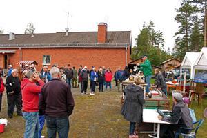 Det var utanför bystugan i Sågen som auktionen hölls.