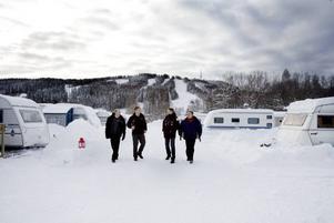 Kungsbergets expansion ställer krav. Ny väg förbi Järbo, avloppsfrågor och energilösningar är frågor som måste lösas. Bilden är från när männen bakom nya Kungsberget var på besök tidigare i vinter.