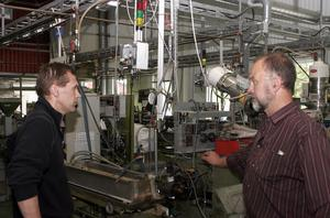 Sven-Olov Bergman diskuterar en körning med Sune Jonsson, anställd på företaget sedan tio år tillbaka. Personalen har fyllt ut ledig kapacitet med ombyggnadsarbetet och maskinunderhåll.